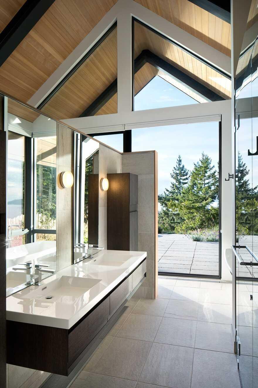 bathroom, Bowen Island's West Coast / Frits de Vries Architects