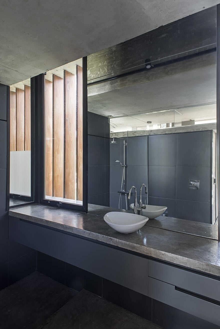 bathroom, Buenos Aires / Luciano Kruk