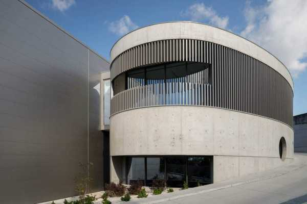 Steelform Factory – The Concrete Defines the Industrial Building